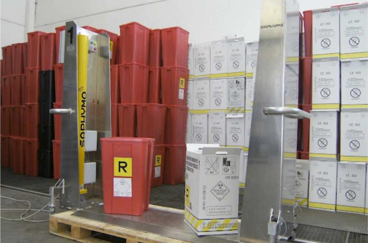 Radiological control of container load: detection of contaminated residuals in health care activity waste